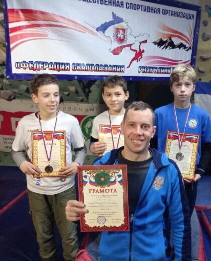 Давид Харитонов (в центре) и его тренер, Денис Иванович Вакарюк